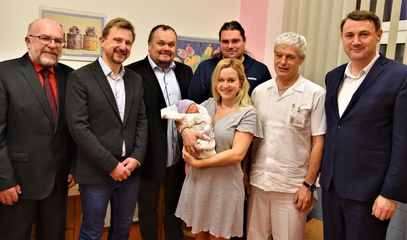 Malá Kateřina v jilemnické nemocnici s rodiči a hosty<br />Autor: Archiv KÚ Libereckého kraje
