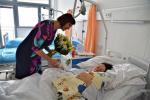 Malý Kristián v českolipské nemocnici s rodiči a hosty
