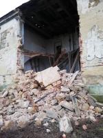 Spadlá zeď hospodářského dvora v Zákupech