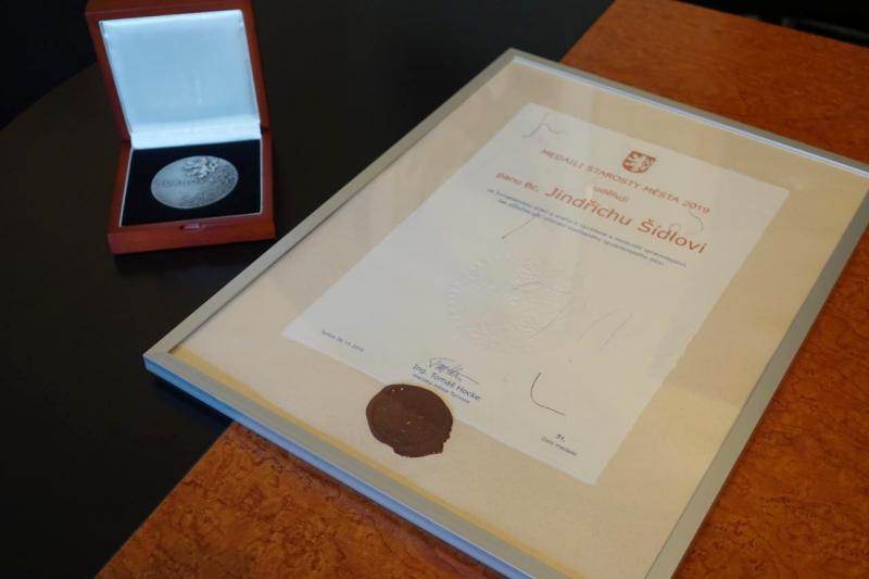Předání medaile starosty města Turnov Jindřichu Šídlovi