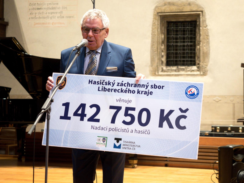 Předání šeku nadačního kalendáře HZS Libereckého kraje<br />Autor: HZS České republiky