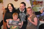 Metalisté z Purnamy předali šek rodině Bártových za prodané kalendáře