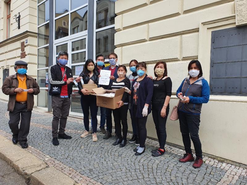 Darované roušky od vietnamské komunity v Turnově