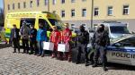 Předání respirátorů od policistů záchranářům