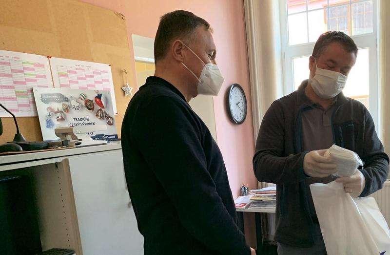 Předání respirátorů v Rychnově<br />Autor: Markéta Hozová