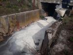 Zásah hasičů při úniku oleje do řeky Jilemky