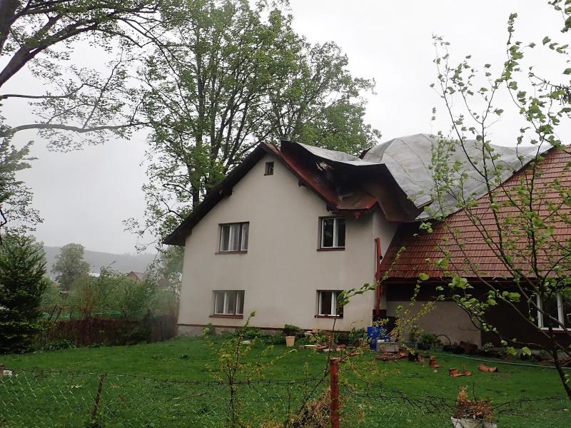 Utržená střecha rodinného domu Petrašovice<br />Autor: HZS Libereckého kraje
