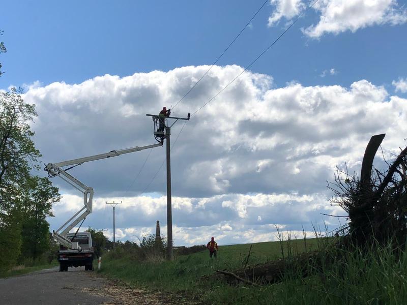 Opravy elektrického vedení ve Studenci<br />Autor: HZS Libereckého kraje