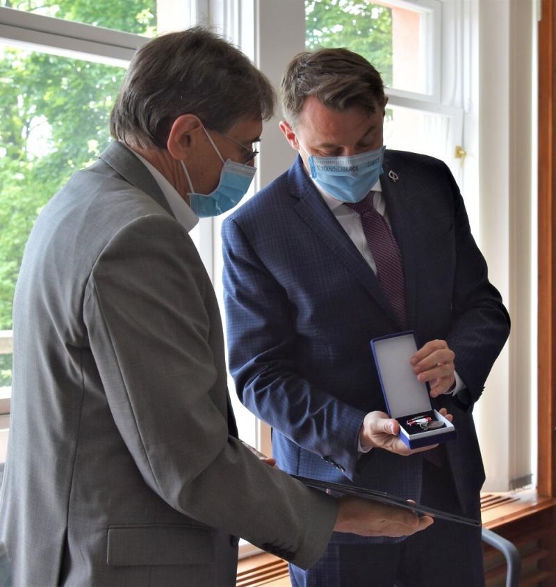 Předání záslužné medaile hejtmana Vladimíru Valentovi<br />Autor: Archiv KÚ Libereckého kraje