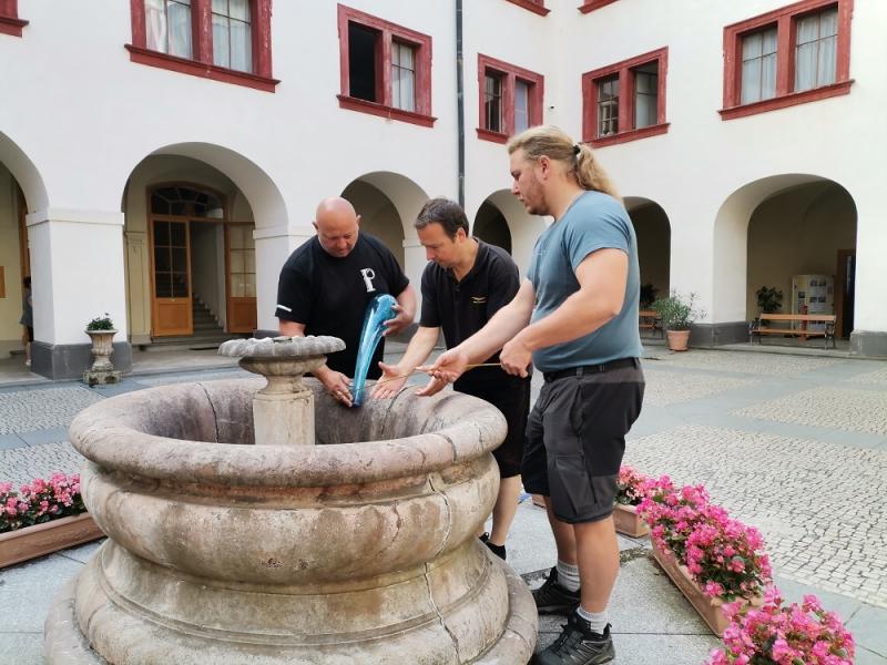 Příprava skleněného vodotrysku na zákupském zámku<br />Autor: Archiv NPÚ, ÚPS na Sychrově. Hrad Zákupy