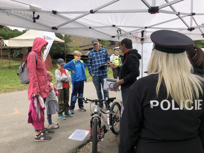 Preventivní akce Na kole jen s přilbou na cyklostezce v Dolánkách<br />Autor: Archiv Policie ČR