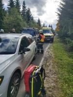 Zásah záchranářů po střetu českého motocyklisty s automobilem na polské straně Krkonoš