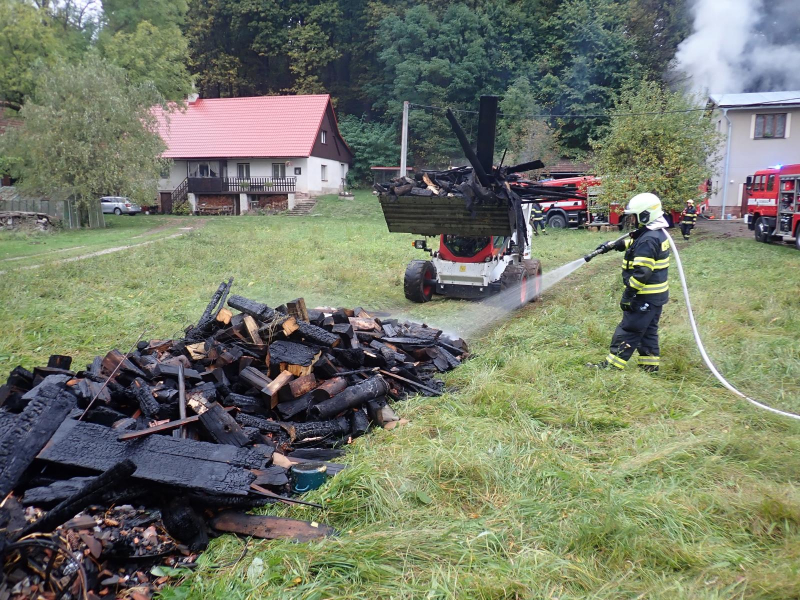 Požár kůlny se dřevem v Košťálově