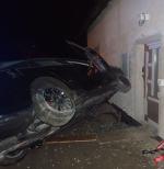Narazili autem do domu u Dolánek, jsou zranění čtyři lidé