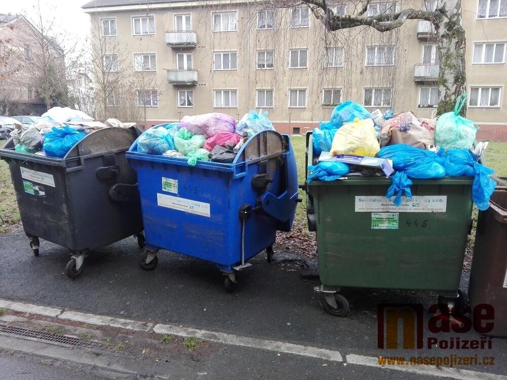 Zaplněné kontejnery na sídlišti Oleška v Semilech 5. ledna 2021<br />Autor: Petr Ježek