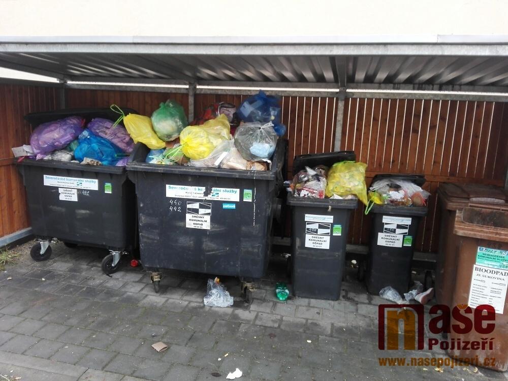 Zaplněné kontejnery na sídlišti Oleška v Semilech 5. ledna 2021