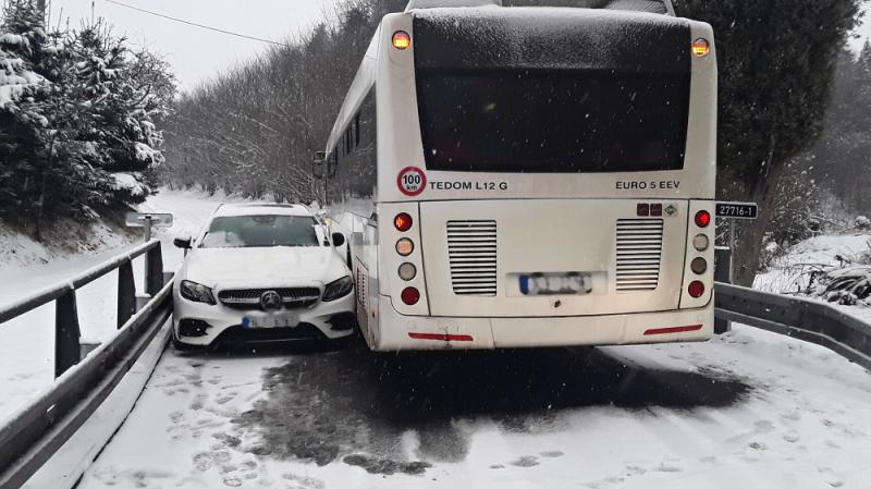 Nehoda autobusu s osobním autem v Českém Dubu<br />Autor: HZS Libereckého kraje