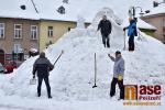 Obrazem: Na jilemnickém náměstí vzniká sněhový Krakonoš