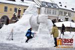 Stavba sněhové sochy Krakonoše na jilemnickém náměstí