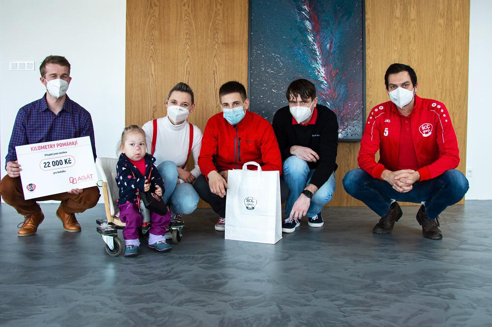 Předání daru z dobročinné akce nazvané Kilometry pomáhají<br />Autor: Jan Štěpánek