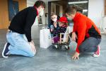 Předání daru z dobročinné akce nazvané Kilometry pomáhají