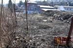 FOTO: Hořela tráva u železniční trati v Semilech