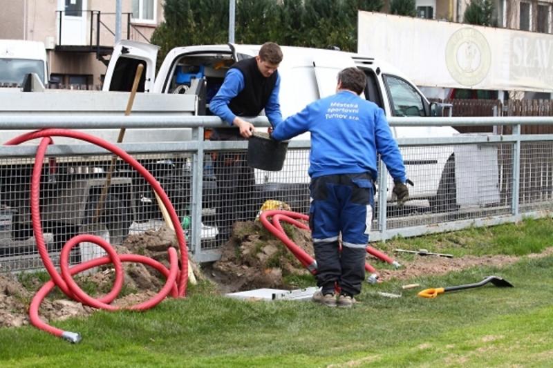 Úprava fotbalového hřiště na Městském stadionu v Turnově<br />Autor: Zdenka Štrauchová