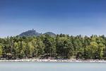 Máchovo jezero, v pozadí hrad Bezděz