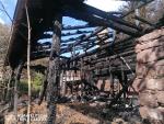 Dohašování požáru chalupy v pátek odpoledne