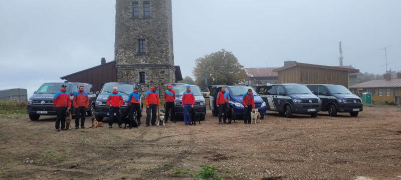 Devět psovodů se svými skvěle vycvičenými pátracími psy